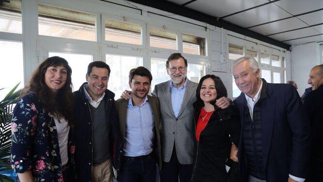 El presidente del Gobierno, Mariano Rajoy, flanqueado ayer en Marbella por Beltrán Pérez y Virginia Pérez en presencia de Loles López, Juan Manuel Moreno Bonilla y Javier Arenas.