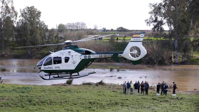El helicóptero de la Guardia Civil traslada el cadáver del agente fallecido.
