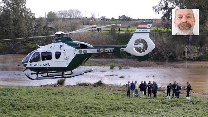 El helicóptero de la Guardia Civil traslada el cadáver del agente fallecido. Arriba a la derecha, el cabo Diego Díaz