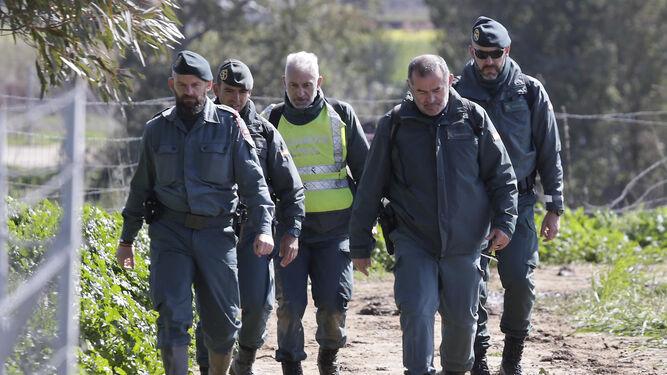 Guardias civiles que participaron en las tareas de rescate regresan al puesto de mando.