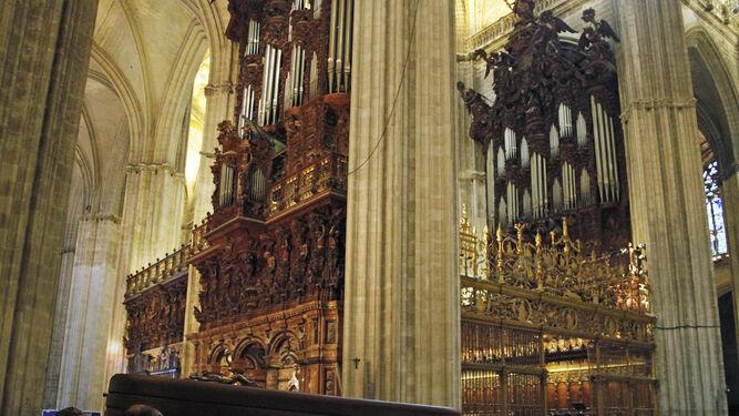 El féretro con los restos mortales del maestro Ayarra a su llegada a la Catedral.
