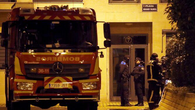 Los Bomberos, en el piso del incendio.