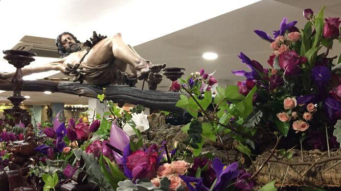 El Cristo de Pasión y Muerte en su paso ya con las flores a la espera de la salida.