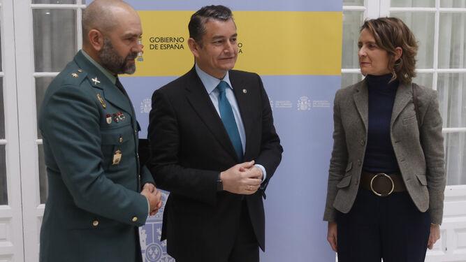 Antonio Sanz, con el comandante Rafael Ordóñez y Ana Luz Jiménez.
