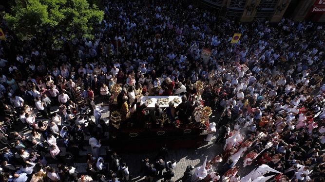 El paso de la Sagrada Cena de Sevilla en dirección a la carrera oficial el pasado año.