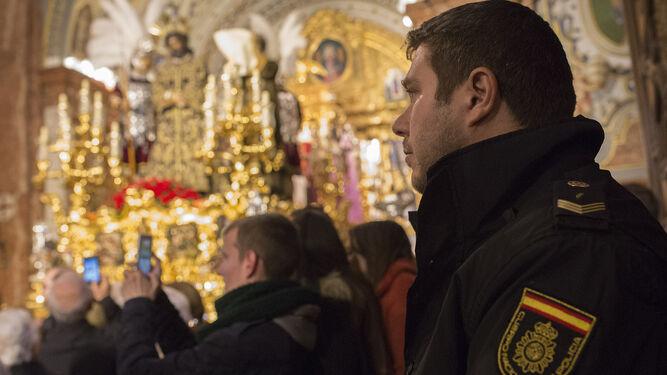 El oficial Martín, con el paso del Señor de la Sentencia de fondo, el pasado jueves en la Basílica de la Macarena.
