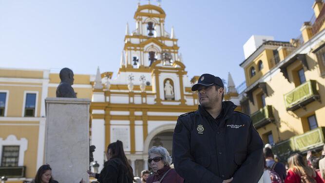 El policía, delante del templo de su hermandad.