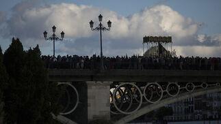 La Estrella cruzando el puente de Triana