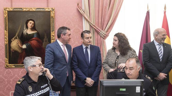 El alcalde, el delegado del Gobierno en Andalucía, la delegada de la Junta en Sevilla y el subdelegado del Gobierno central en Sevilla, ayer en el Cecop.
