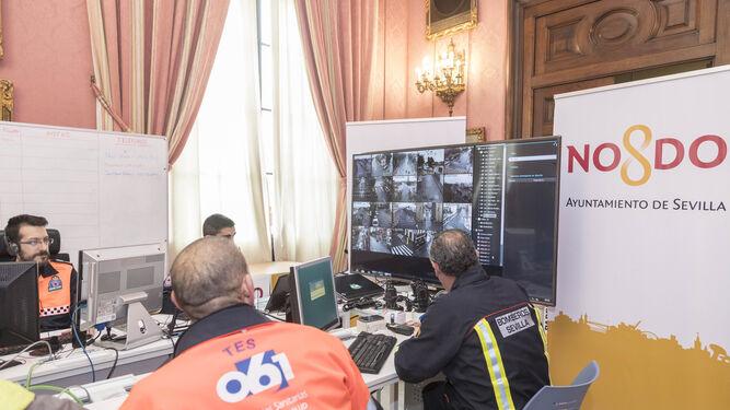 Operarios del Cecop controlan las imágenes que recogidas por las cámaras.