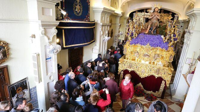 El paso de palio de la Virgen de la Hiniesta recibiendo ayer los últimos retoques.