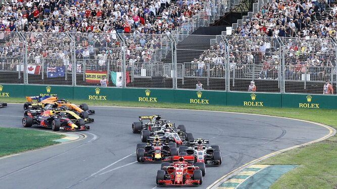 Sebastian Vettel besa el trofeo que lo acredita como ganador del Gran Premio de Australia.