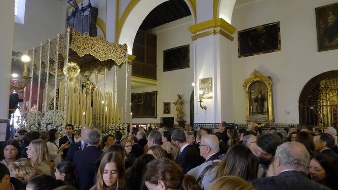 El paso de la Virgen de la Amargura en el interior de San Juan de la Palma.