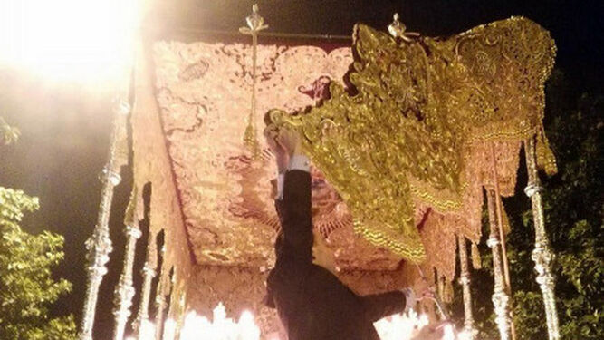 La bambalina, despegada del palio de la Virgen del Rosario.