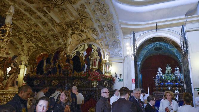 Los pasos de la Cena en Los Terceros antes de la salida procesional.