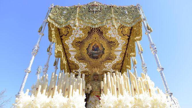 Original y bellísimo techo de palio que cobija a la Virgen del Rosario, la Dolorosa del Polígono de San Pablo.