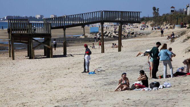 Bañistas en la playa de Islantilla.