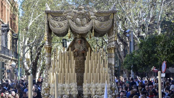 El paso de palio de la Virgen de los Ángeles avanza por la calle Recaredo tras salir de su capilla.