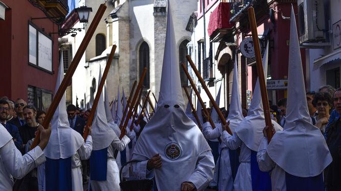Los nazarenos por la calle San Esteban.