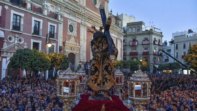 El paso neobarroco en plata de ley del Señor de la Pasión recorre una abarrotada Plaza del Salvador.