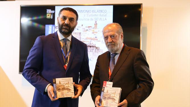 Una imagen de la presentación de la guía en la feria de Fitur con el presidente de la Diputación y el consejero de Turismo.