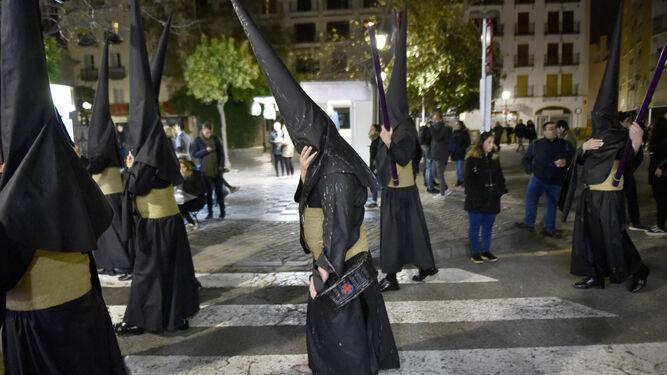 Los nazarenos del Silencio pasando por una plaza de la Gavidia casi desértica.