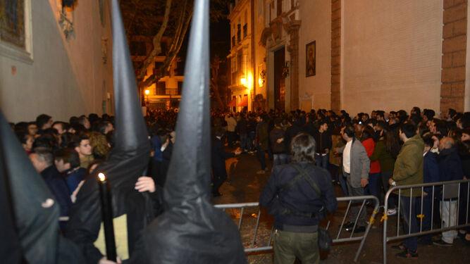 Nazarenos del Calvario y el público que asiste a la salida se gira hacia San Pablo tras producirse el conato de carrera.