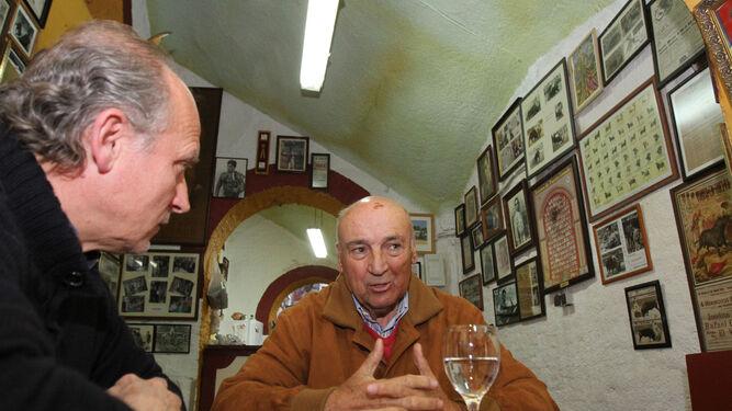 José Luis Pereda durante la realización de esta entrevista en la bodeguita de la plaza de toros de La Merced, antiguo despacho personal y sede de la peña taurina Tendido 12.