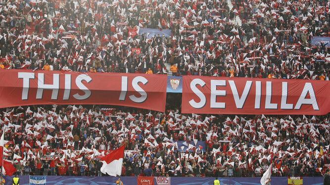 Los aficionados del Sevilla despliegan un mensaje de autoafirmación momentos antes del comenzar el encuentro.