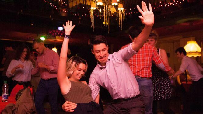Una de las animadas sesiones de baile 'lindy hop' que se realizan tras los conciertos.