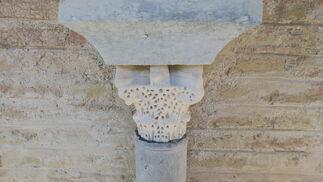 Arranque de sebka simple sobre capitel tratado.