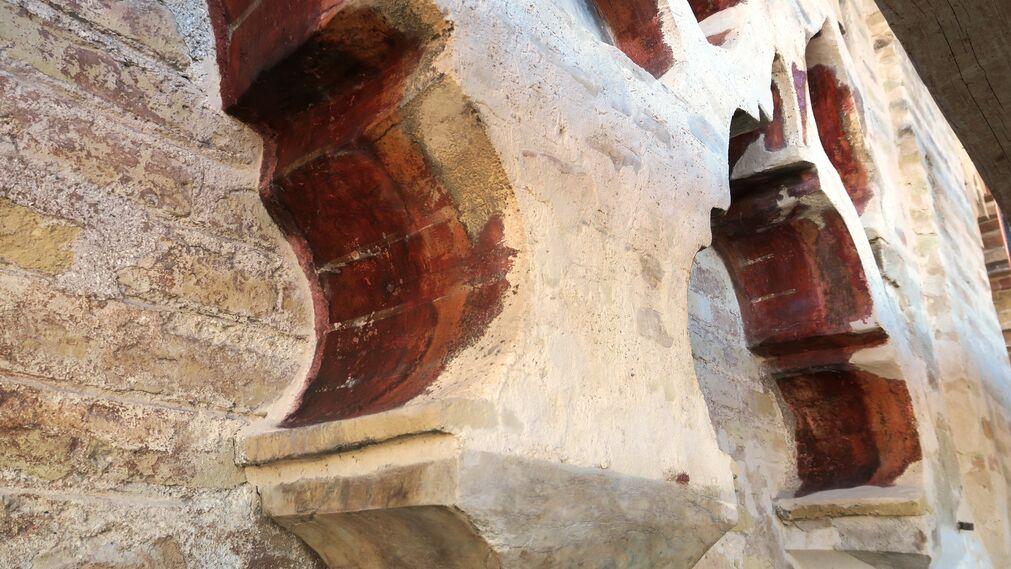 Color almagra y juntas en blanco en arranque de sebka simple sur.