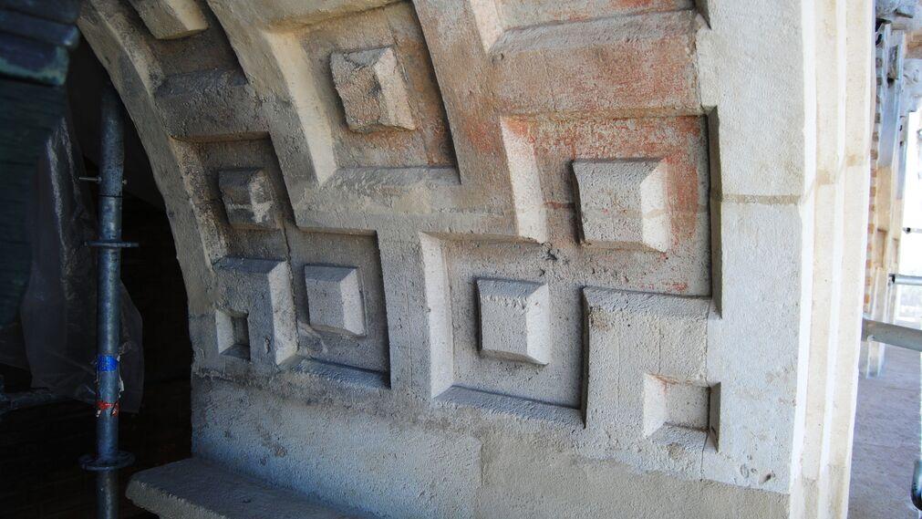 Cromatismo de piedra de campanario renacentista.