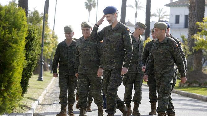 Felipe VI hace el saludo militar.