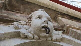 Querubín y cromatismo de la piedra en obra renacentista.