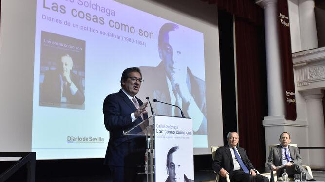 El ex ministro Carlos Solchaga conversa con el director de 'Diario de Sevilla', José Antonio Carrizosa.