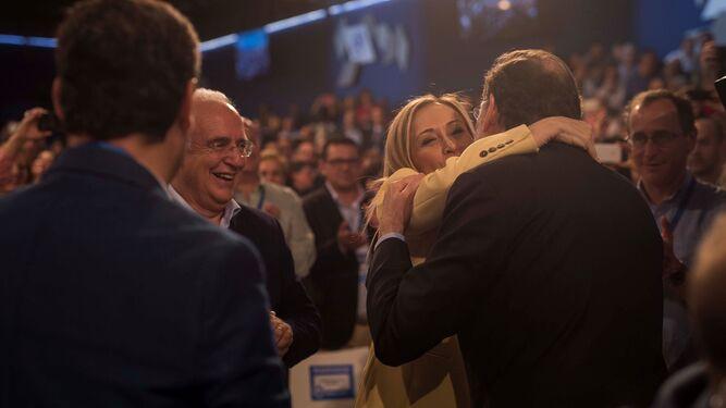 Cristina Cifuentes se abraza a Mariano Rajoy en la convención del PP en Sevilla.