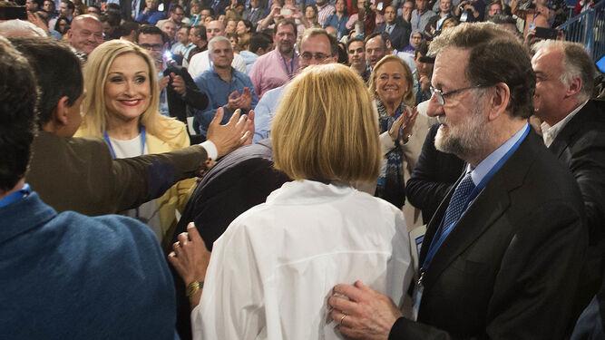Cifuentes sonríe a Mariano Rajoy durante el inicio de la convención del PP.