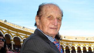 Ángel Peralta en su localidad de la Plaza de la Maestranza.