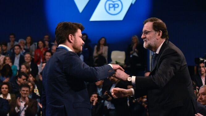 Rajoy estrecha la mano al candidato del PP a la Alcaldía de Sevilla, Beltrán Pérez.