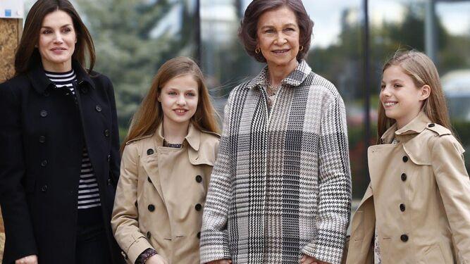 Doña Sofía posa agarrada de la mano de sus nietas junto a los Reyes ayer antes de visitar en el hospital a Juan Carlos I.