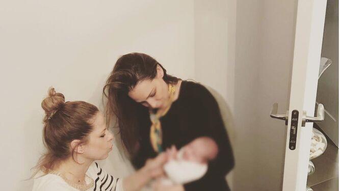 Eva González ha contado con su amiga Pastora Soler para el ritual de cortarle las uñas al bebé.