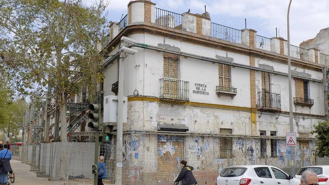 Edificio situado frente al puente de la Barqueta pendiente de rehabiliación desde hace años.