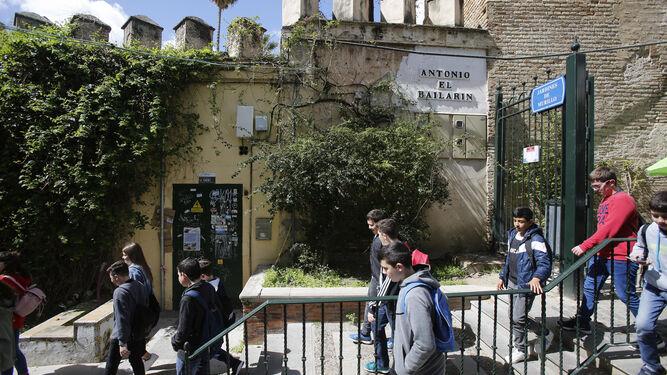 Turistas por el paseo Antonio El Bailarín.