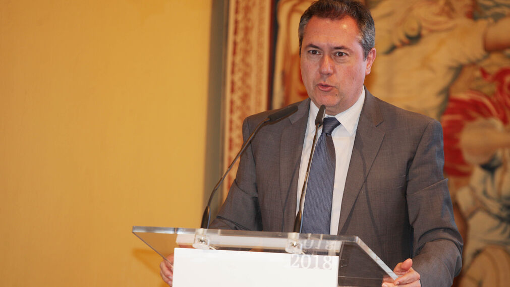 Juan Espadas, alcalde de Sevilla, interviene en la presentación de la publicación.
