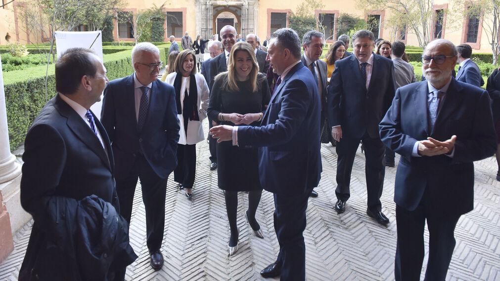 José Joly conversa con Susana Díaz y Manuel Jiménez Barrios. A la derecha, el alcaide del Alcázar, Bernardo Bueno.