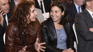La consejera de Hacienda, María Jesús Montero, conversa con la consejera delegada de Telefónica España, María Jesús Almazor.