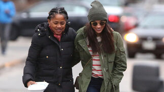 La ex actriz paseando con su madre, Doria Radlan.
