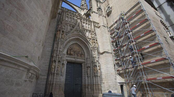 Los operarios montando el andamio en la fachada sur de la Giralda.