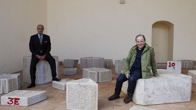 El galerista Pepe Cobo y el artista Ibon Aranberri, ayer entre las piezas de 'Found Dead' en el CAAC.